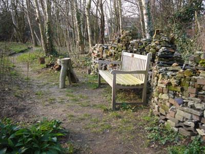 bankje en stapelmuur in de Vergeten Tuin