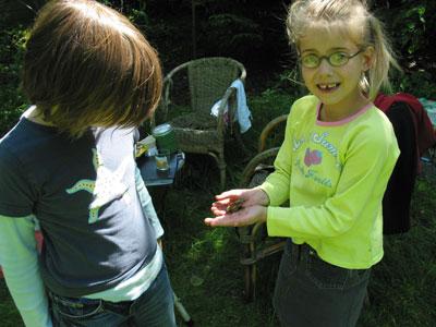 kinderen bekijken beestjes in de Vergeten Tuin
